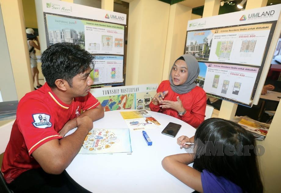 PENGUNJUNG, Zulkefli Md Nor (kiri) mendapatkan maklumat perumahan di pameran hartanah MyRumah 2019 di Komtar JBCC, Johor Bahru. FOTO Hairul Anuar Rahim