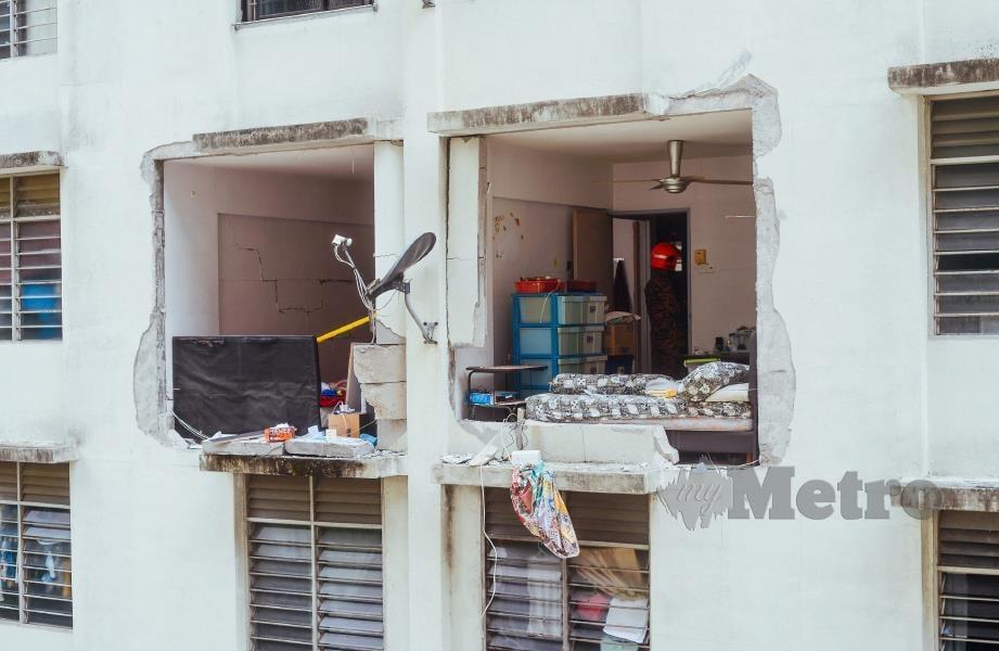 DINDING sebahagian pangsapuri runtuh akibat letupan di Pangsapuri Green Garden, Jalan Paya Terubong, Ahad lalu. FOTO Shahnaz Fazlie Shahrizal