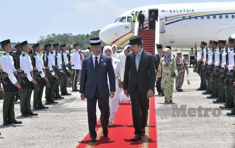 AL-SULTAN Abdullah dan Tunku Azizah disambut Pengiran Muda Mahkota Al-Muhtadee Billah setibanya di Lapangan Terbang Antarabangsa Bandar Seri Begawan.