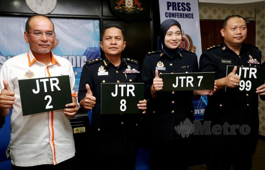 PENGARAH Bahagian Pelesenan Kenderaan JPJ Malaysia, Datuk Mohd Rusdi Mohd Darus (kiri) bersama Razali (dua kiri) dan pegawainya menunjukkan nombor pendaftaran kenderaan JTR yang boleh dibida mulai esok. FOTO Zain Ahmed