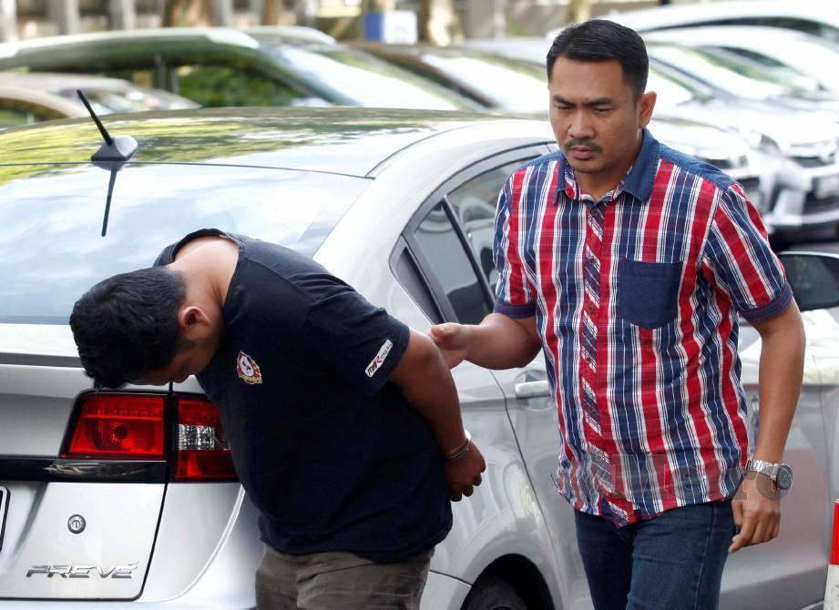 MOHAMAD Haikal mengaku tidak bersalah terhadap 17 pertuduhan memindahkan wang milik lelaki Nepal ke akaunnya. FOTO Hasriyasyah Sabudin.