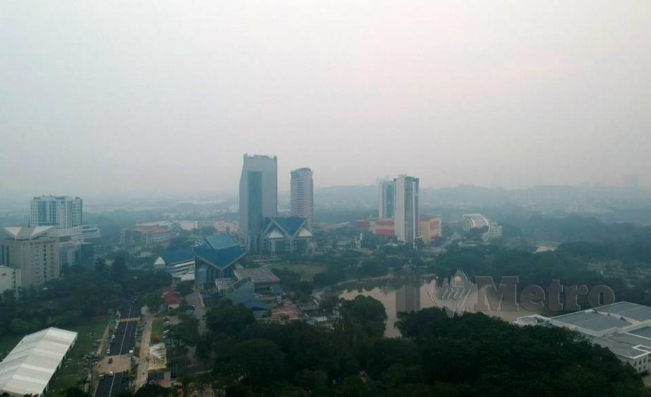 Pemandangan kawasan Shah Alam pada 7 malam tadi yang kelihatan kabur akibat jerebu. FOTO Roslin Mat Tahir