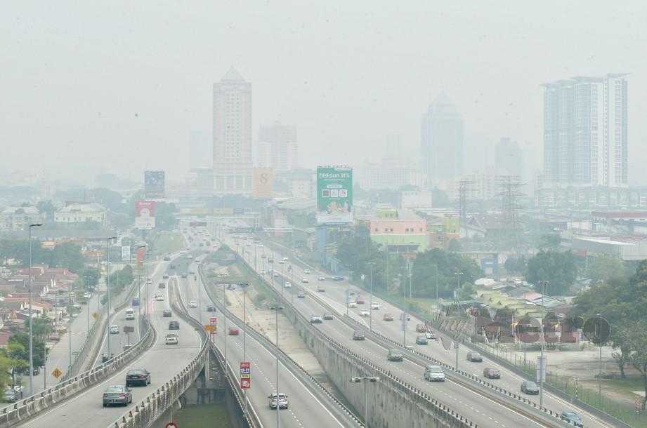 Keadaan jerebu di beberapa kawasan di Selangor yang menunjukkan bacaan tidak sihat serta sangat tidak sihat hari ini. FOTO Khairul Helmy Mohd Din