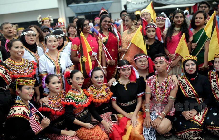 Antara hadirin yang memakai baju tradisional Sabah dan Sarawak pada sambutan Hari Malaysia 2019. FOTO Hazreen Mohamad