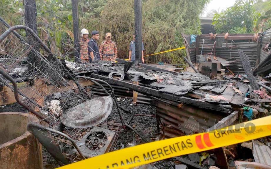 PEGAWAI bomba dan polis memeriksa lokasi kebakaran yang menyebabkan seorang warga emas maut. FOTO Zuliaty Zulkiffli.