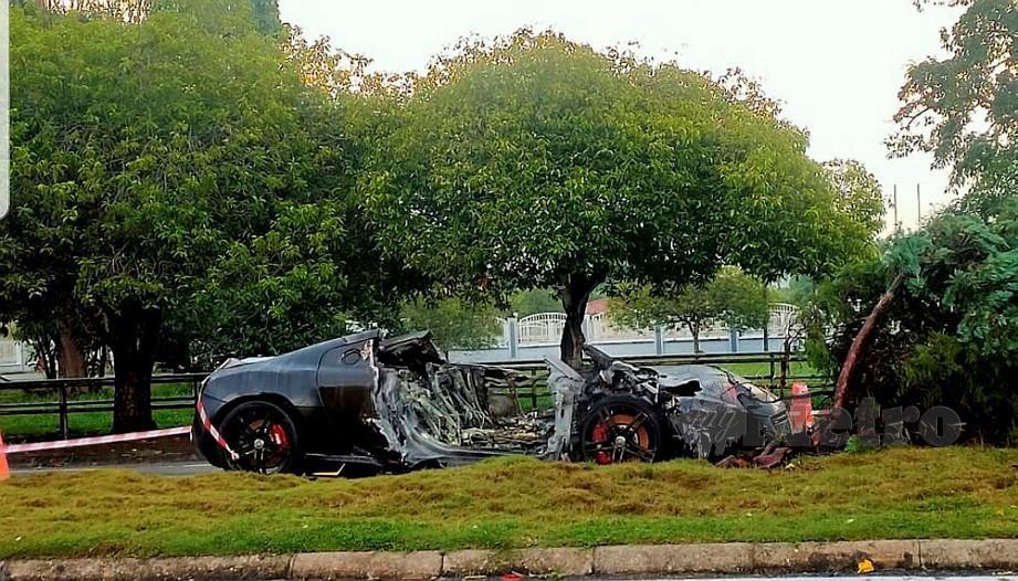 Kereta mewah yang terbakar di Jalan Tun Ahmad Zaidi semalam. FOTO Erika George
