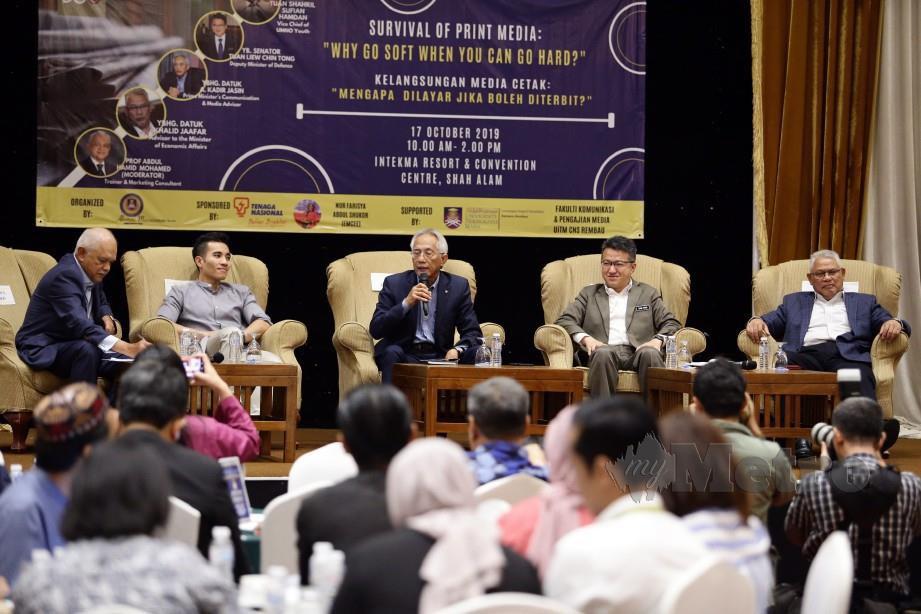 Abdul Hamid (kiri), Shahril Sufian, A Kadir, Liew dan Khalid pada Forum Kelangsungan Media Cetak: Mengapa Dilayar Jika Boleh Dicetak? hari ini. FOTO Roslin Mat Tahir