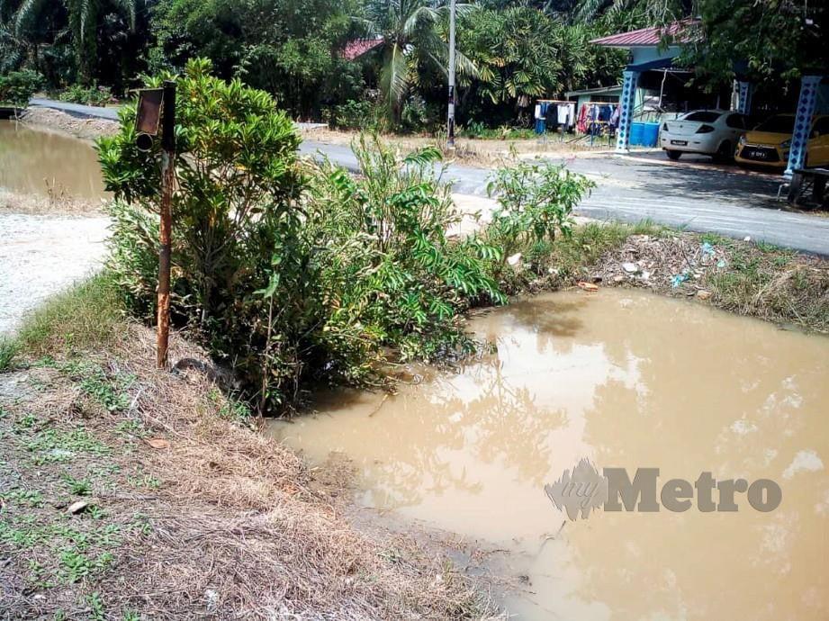 Parit berhampiran rumah dua beradik yang ditemui lemas di Alor Pongsu hari ini. FOTO Ihsan Bomba