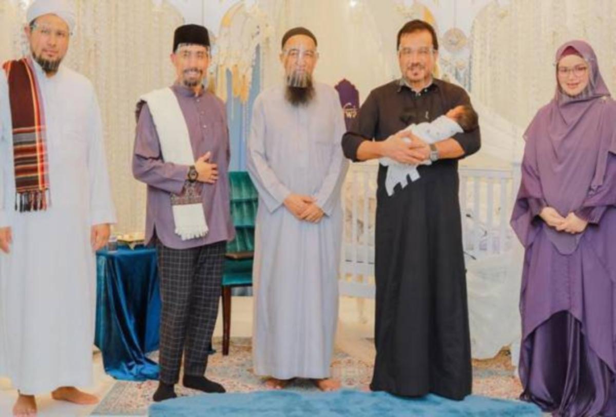 (Dari kiri) Ustaz Iqbal, Ustaz Don, Ustaz Azhar Idrus, Khalid dan SitiNurhaliza pada majlis tahnik. FOTO Instagram Siti Nurhaliza