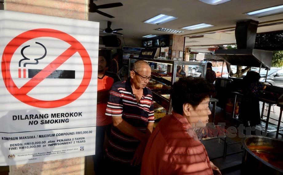 Poster larangan merokok ditampal di restoran. FOTO Shahnaz Fazlie Shahrizal