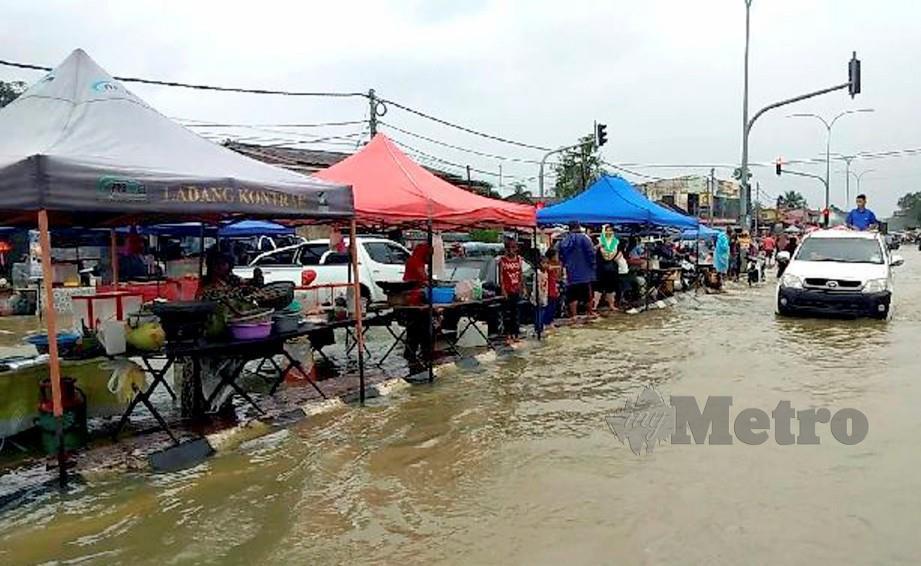 Penduduk tidak melepaskan peluang membuka gerai makanan dan minuman di sepanjang jalan di pekan Rantau Panjang. FOTO Syaherah Mustafa