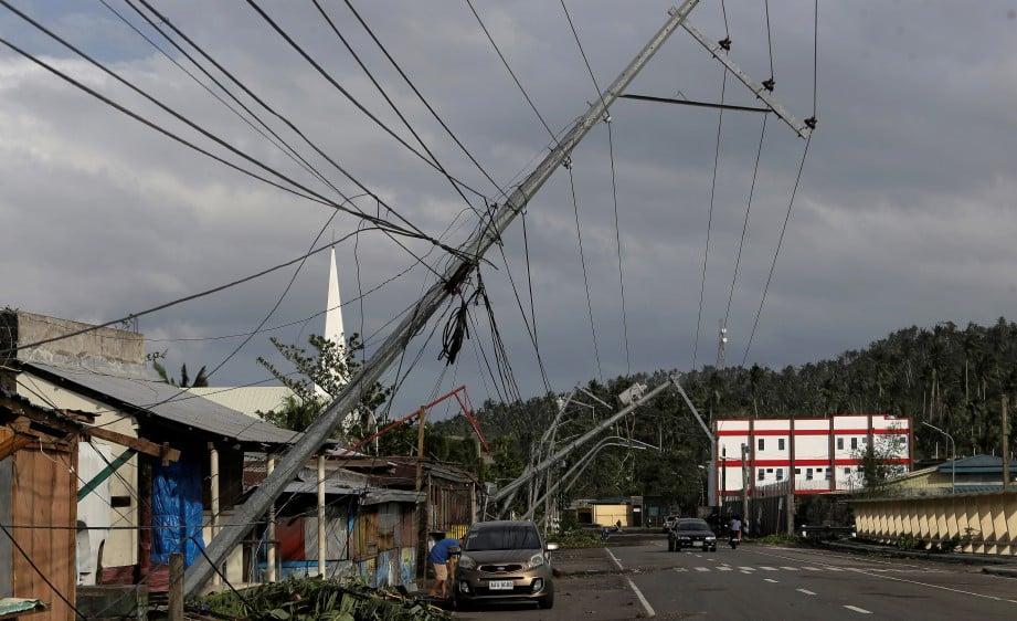 KAWASAN di pekan Camaliq, Filipina yang terjejas akibat Taufan Kammuri. FOTO REUTERS.