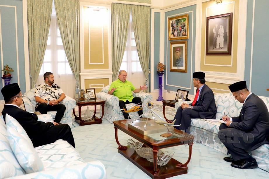 Sultan Ibrahim menerima kunjungan Dr Dzulkefly di Istana Pasir Pelangi hari ini. FOTO Ihsan Royal Press Office