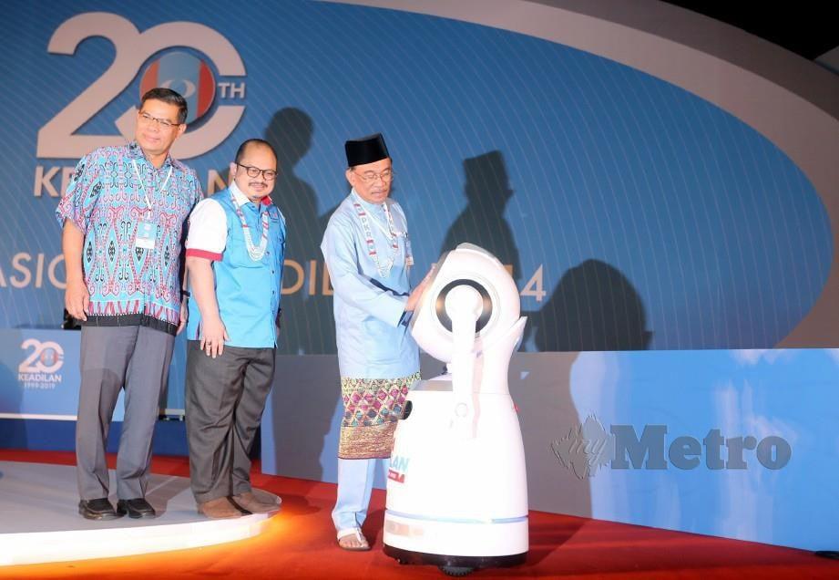 Anwar (kanan) melancarkan gimik perasmian Kongres Nasional PKR 2019 di Melaka hari ini. FOTO Rasul Azli Samad