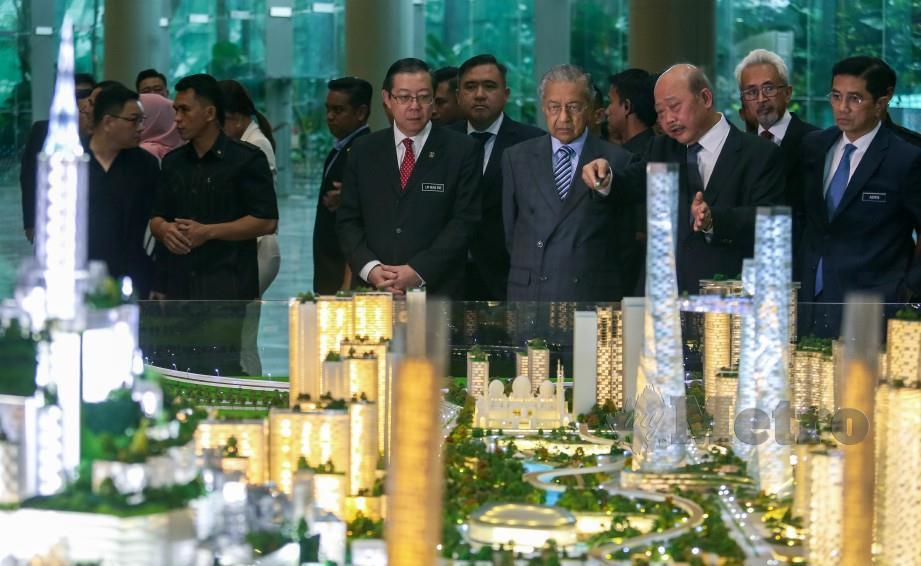 LIM (tiga kiri) mengiringi Tun Dr Mahathir mendengar penerangan mengenai Bandar Malaysia. FOTO Luqman Hakim Zubir.