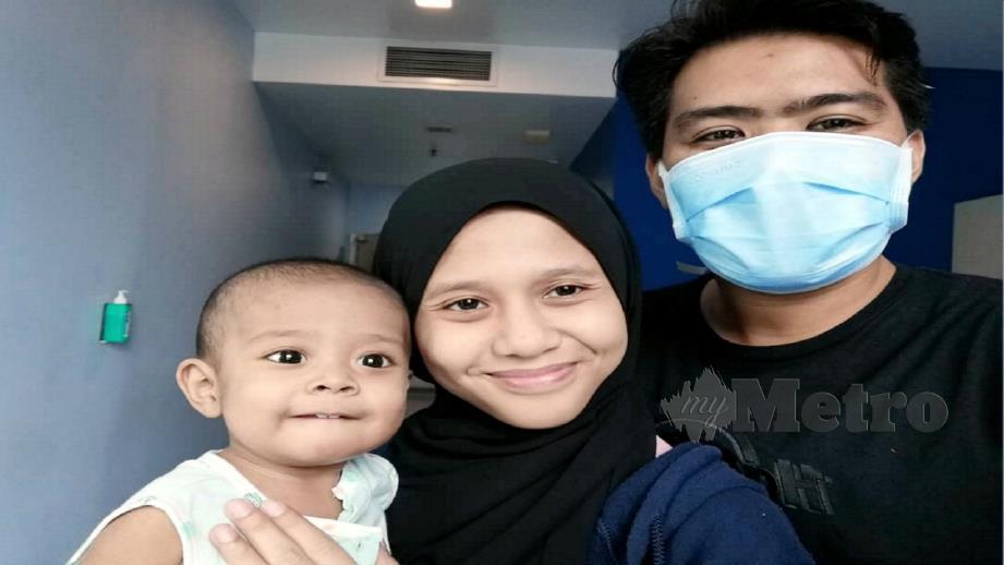 MOHD Idzzuan (kanan) dan Amirah Izzati (tengah) bersama anak mereka, Idzyraf Alsheeraz. FOTO Ihsan Mohd Idzzuan Shaarani.