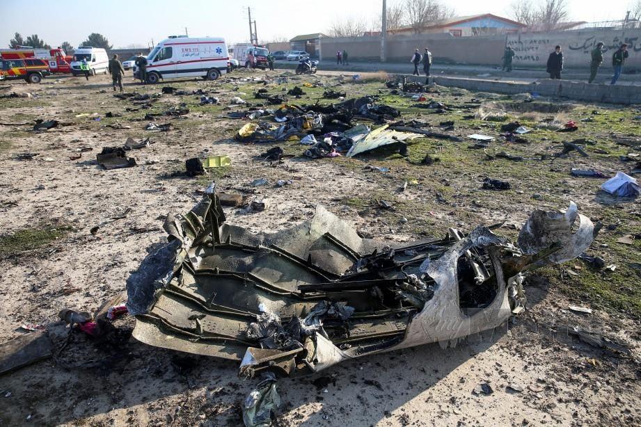 SERPIHAN pesawat Ukraine International Airlines yang terhempas. FOTO Reuters / WANA
