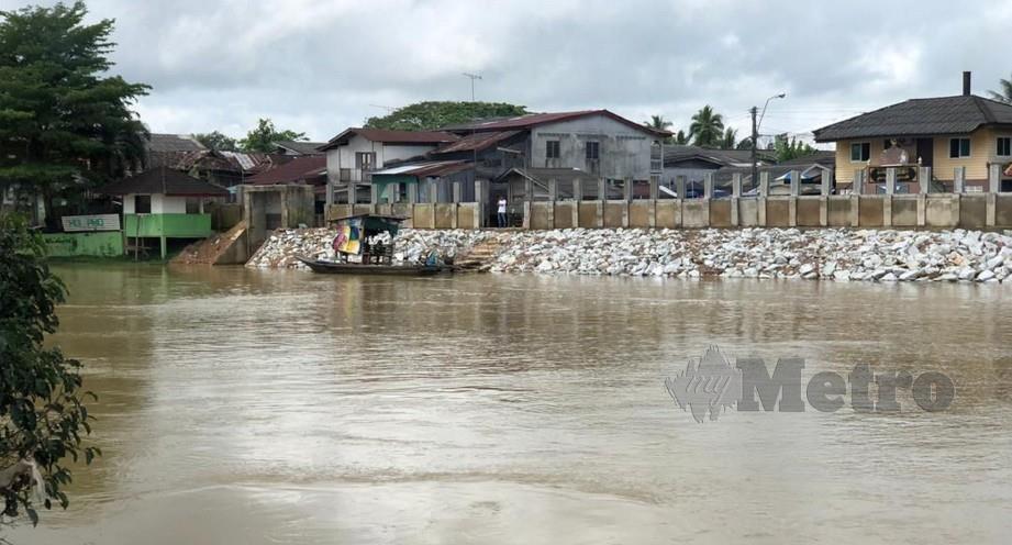 PARAS air Sungai Golok kini melepasi paras berjaga-jaga. FOTO Syaherah Mustafa.