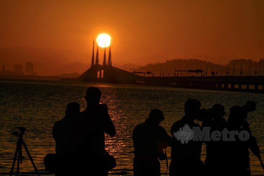 RAKAMAN matahari terbit di Jambatan Pulau Pinang. FOTO Bernama