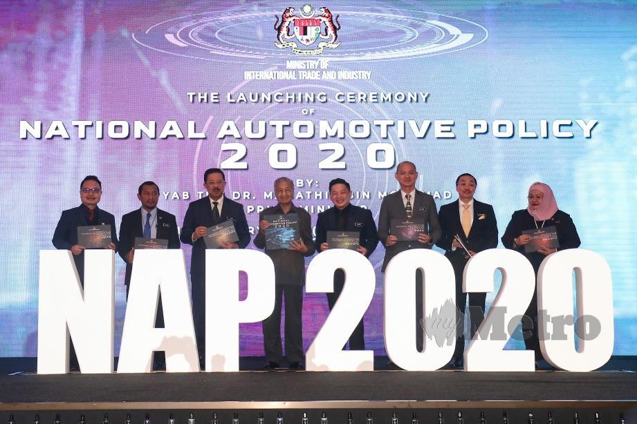 DR Mahathir (empat kiri) bersama Menteri Perdagangan Antarabangsa dan Industri (MITI), Datuk Darell Leiking; Timbalan Menteri Perdagangan Antarabangsa dan Industri (MITI), Dr Ong Kian Ming (tiga kanan); Ketua Setiausaha Negara (KSN), Datuk Seri Mohd Zuki Ali (tiga kiri) dan tetamu kehormat menunjukkan buku NAP 2020 pada majlis pelancaran. FOTO Aizuddin Saad