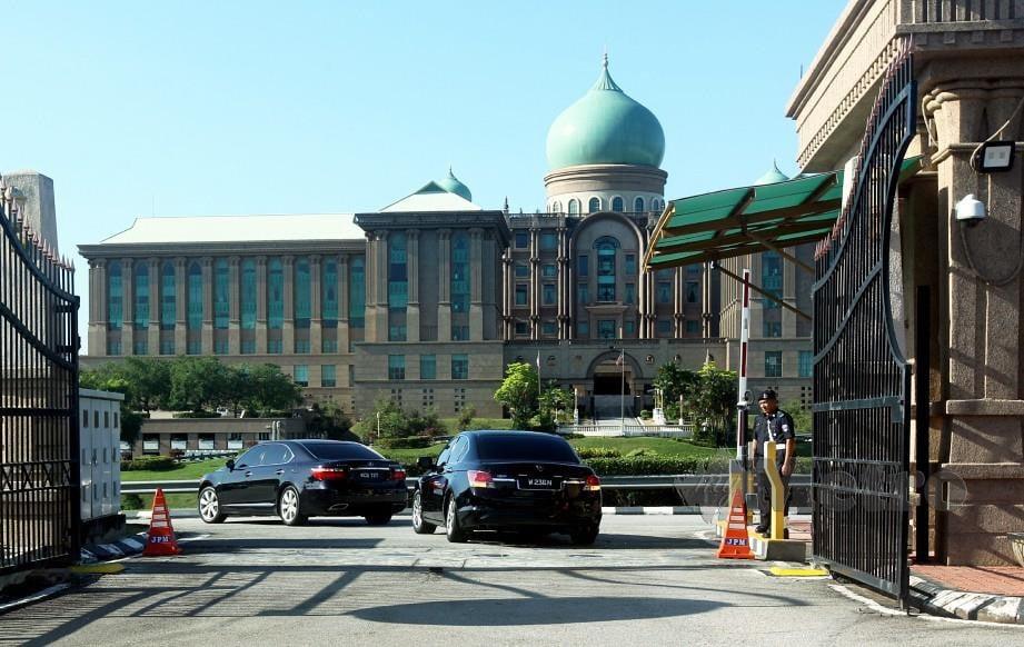 KENDERAAN membawa Presiden PKR, Datuk Seri Anwar Ibrahim memasuki perkarangan Bangunan Perdana Putra, Putrajaya. FOTO Mohd Fadli Hamzah