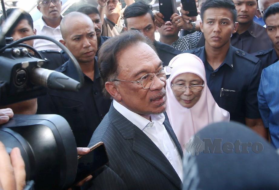 ANWAR Ibrahim bersama Wan Azizah tiba di Ibu Pejabat Keadilan di Petaling Jaya. FOTO Eizairi Shamsudin
