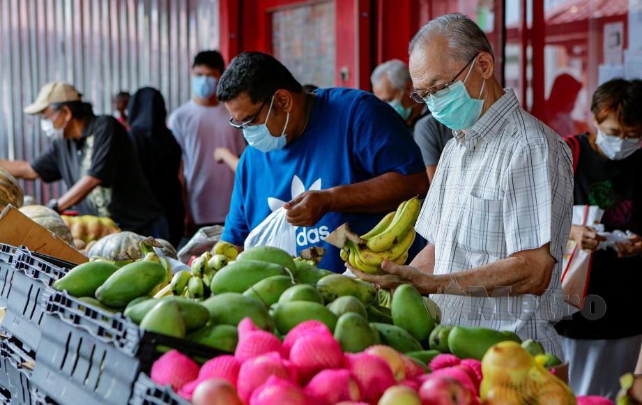 Orang ramai membeli barangan keperluan di pasar raya. FOTO Aizuddin Saad.