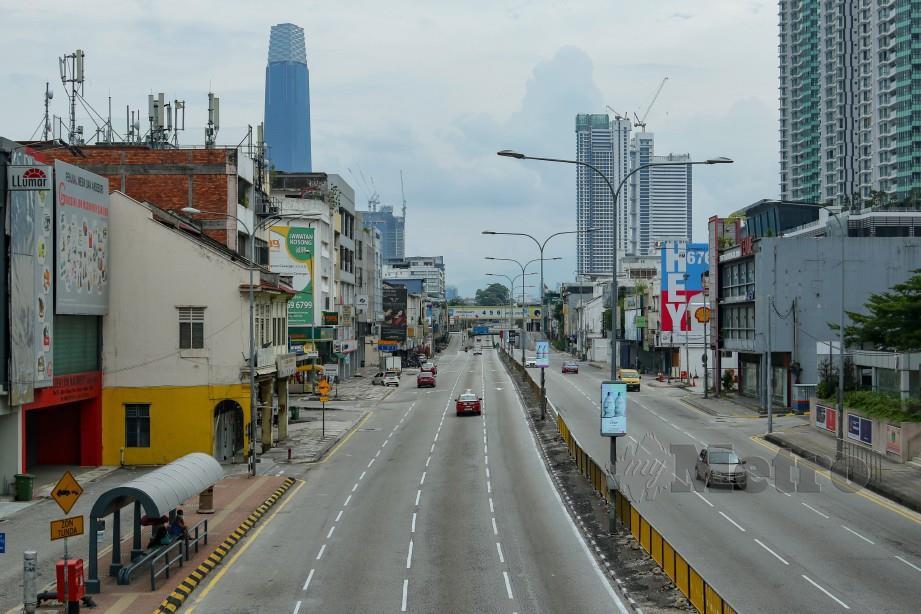 JALAN Loke Yew yang menjadi jalan utama masuk ke pusat bandaraya Kuala Lumpur kelihatan lengang, semalam susulan Perintah Kawalan Pergerakan. FOTO Aizuddin Saad