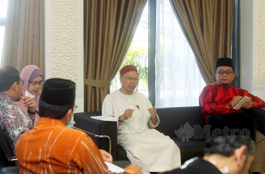ZULKIFLI ketika mesyuarat khas penyelarasan Musaadah Covid-19 bersama wakil agensi agama di Putrajaya. Turut kelihatan Timbalan Menteri di Jabatan Perdana Menteri (Hal Ehwal Agama), Ahmad Marzuk Shaary (kanan). FOTO Mohd Fadli Hamzah