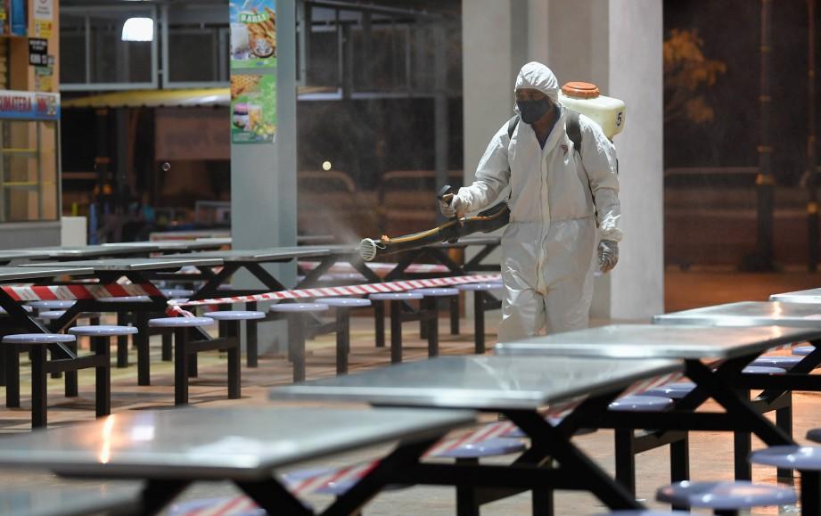 KAKITANGAN MBKT melakukan operasi nyah cemar di Pasar Besar Kedai Payang. FOTO Bernama.