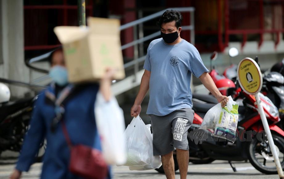 ORANG ramai membeli barangan keperluan di sebuah pasar raya. FOTO arkib NSTP