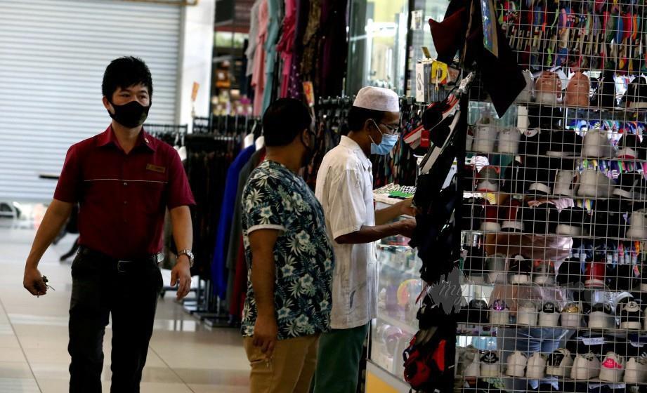 PENGUNJUNG ke kompleks beli belah di Kuala Lumpur susulan Perintah Kawalan Pegerakan Bersyarat (PKPB) dilaksanakan. FOTO Hairul Anuar Rahim