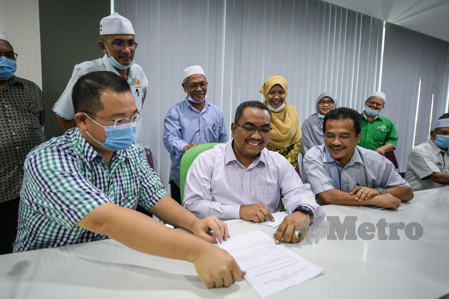 KETUA Pembangkang Dewan Undangan Negeri (DUN) Kedah, Muhammad Sanusi Md Nor, selepas membincang sesuatu bersama ADUN Sidam, Dr Robert Ling Kui Ee (kiri) dan ADUN Lunas, Azman Nasrudin (kanan) selepas sidang media Perikatan Nasional negeri Kedah hilang kepercayaan kepada Menteri Besar, Datuk Seri Mukhriz Tun Mahathir di Kompleks Pas Kedah, Kota Sarang Semut, 12 Mei lalu. FOTO BErnama