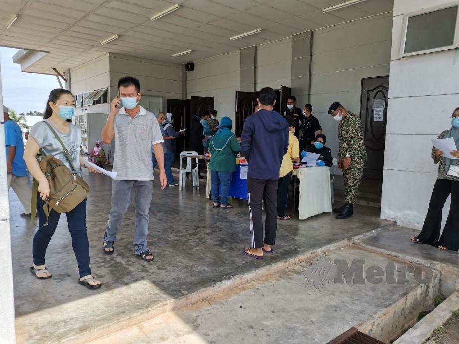 ORANG ramai yang hadir ke IPD Kuala Muda untuk membuat permohonan rentas negeri. FOTO Nor Farhani Che Ad