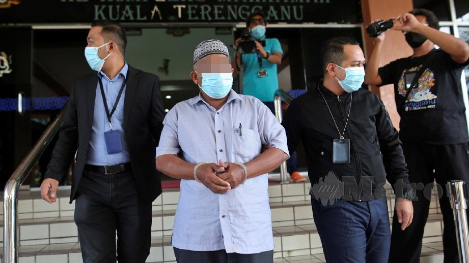 SUSPEK (tengah) direman bagi membantu siasatan tuntutan palsu. FOTO Ghazali Kori