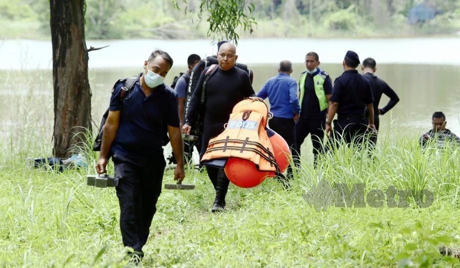 PASUKAN Polis Marin (PPM) membantu mencari telefon bimbit yang dibuang suspek di dalam lombong di Taman Putra Perdana, Sepang. FOTO Mohd Fadli Hamzah.