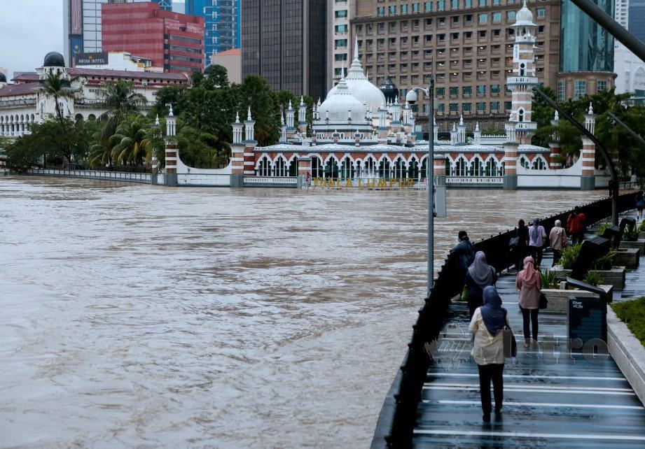 Keadaan Sungai Klang berhampiran Masjid Jamek, Kuala Lumpur susulan hujan lebat di ibu kota. FOTO HAZREEN MOHAMAD