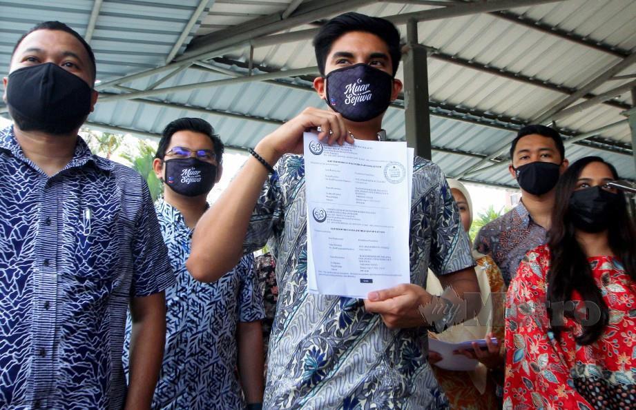 SYED Saddiq menunjukkan borang pendaftaran parti MUDA selepas menyerahkan permohonan kepada ROS. FOTO Mohd Fadli Hamzah