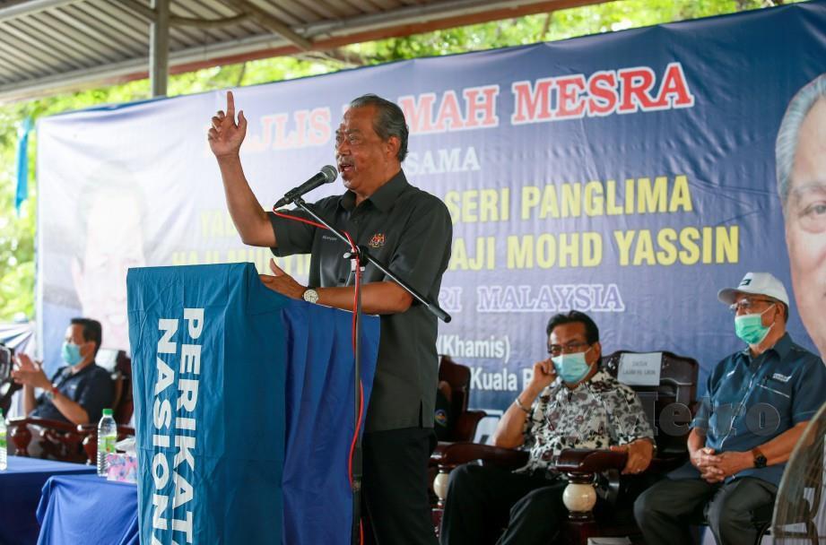 MUHYIDDIN ketika berucap pada majlis ramah mesra di Pekan Kuala Penyu. FOTO Aswadi Alias