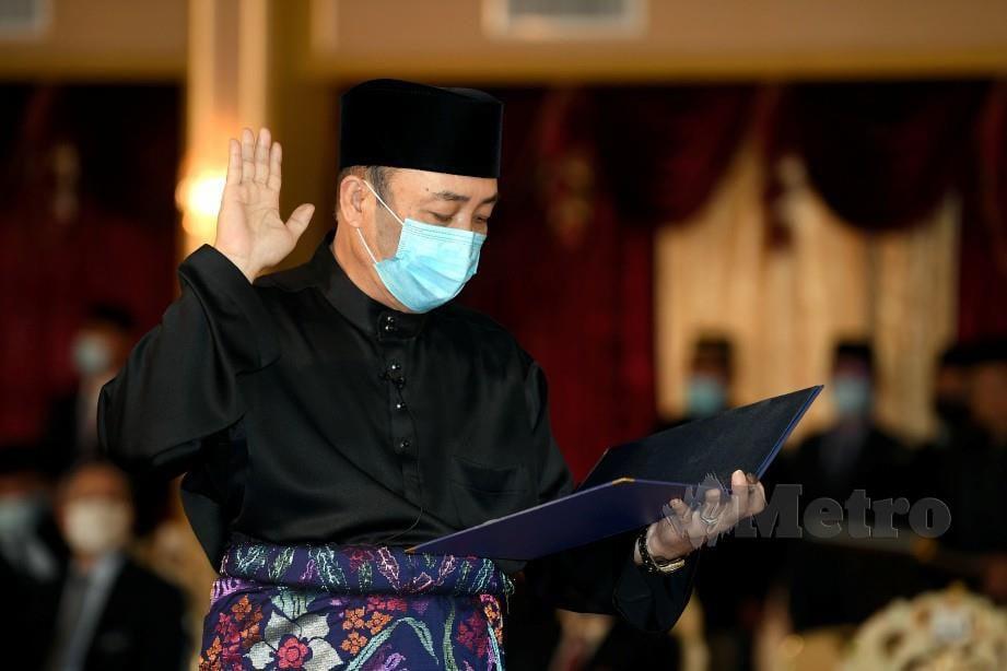 HAJIJI mengangkat sumpah sebagai Ketua Menteri Sabah Ke-16 di hadapan Tun Juhar. FOTO Bernama