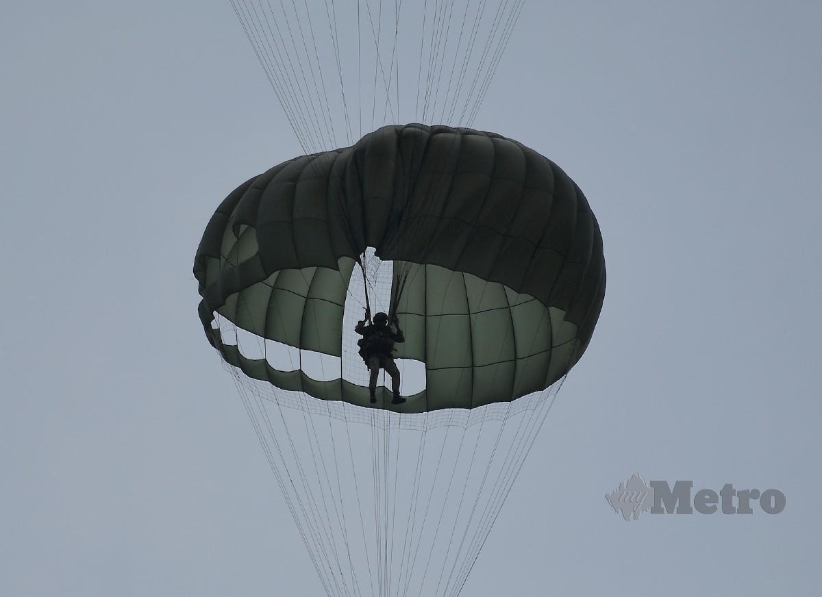 Anggota 10 Briged Para melakukan Eksesais Tiger Leap Siri 3/20 di Pangkalan Udara Kuantan. FOTO BERNAMA