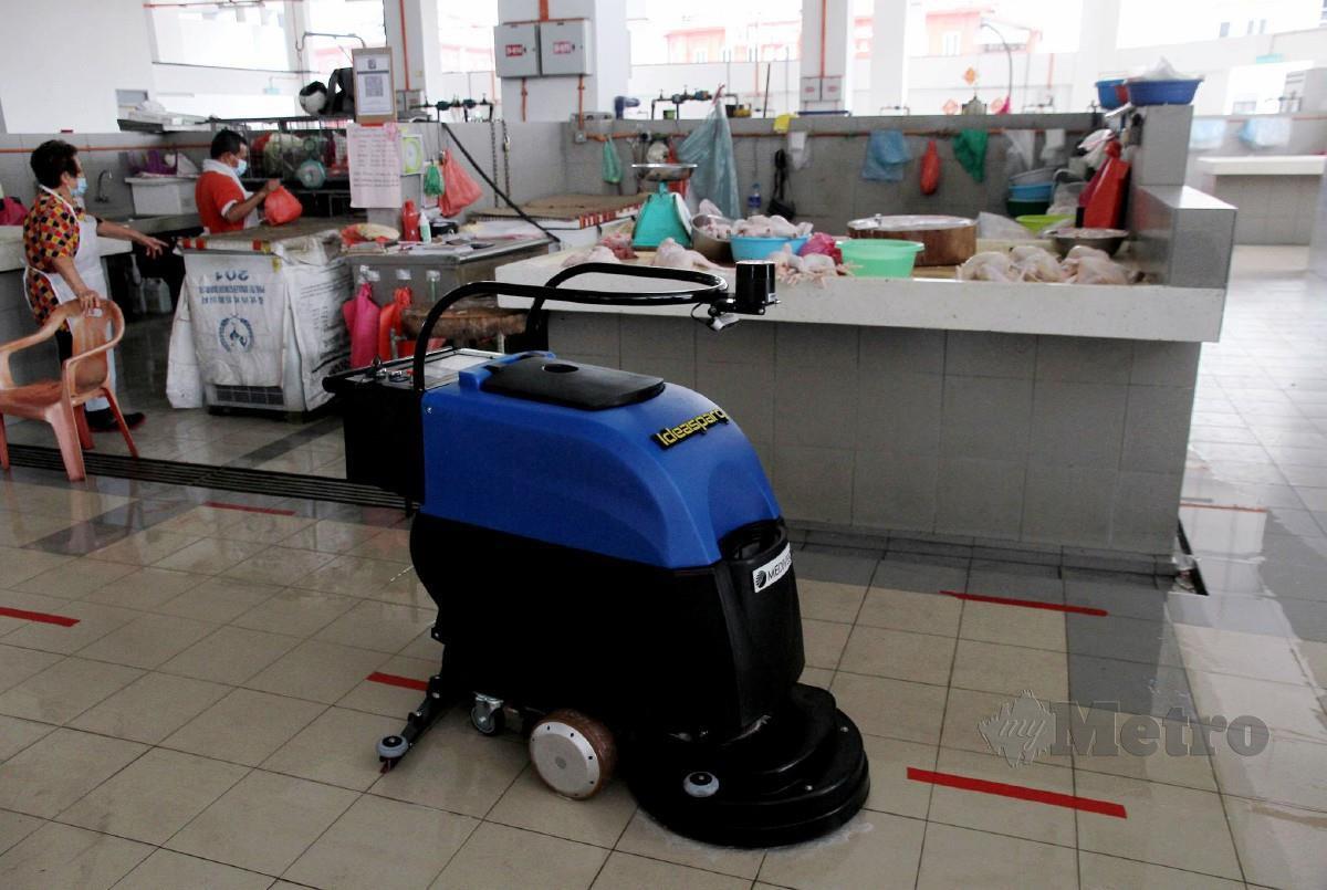 ROBOT mencuci lantai yang kini sedang diuji dan akan beroperasi sepenuhnya pada 15 Disember ini di Pasar Ayam Ipoh. FOTO BERNAMA