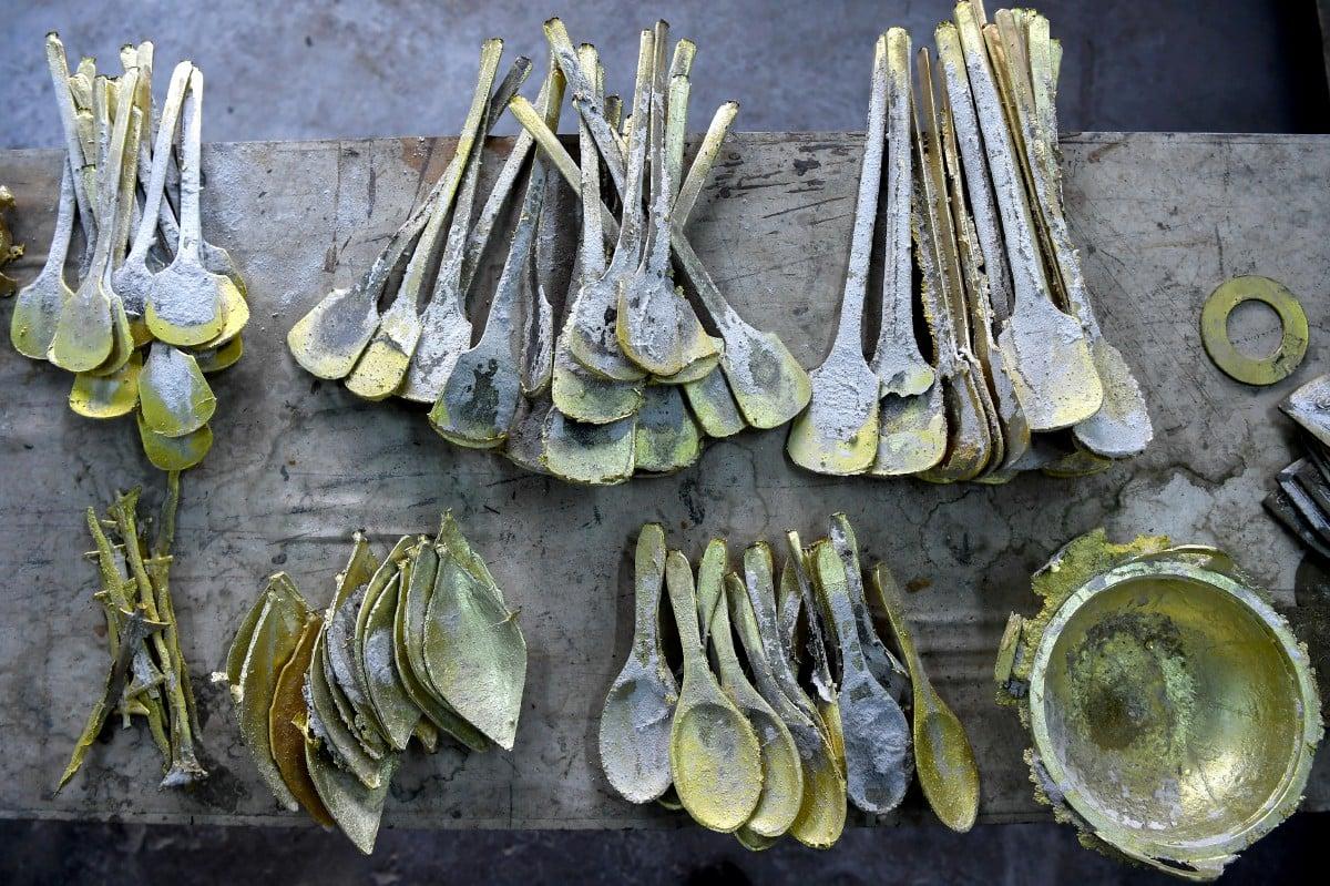 ANTARA barangan tembaga separa siap yang dihasilkan. FOTO Bernama