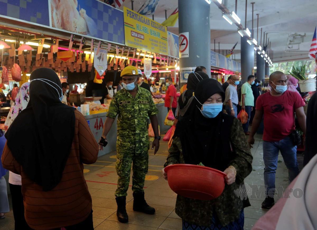 ANGGOTA RELA membuat pemantauan SOP di Pasar Seksyen 6, Shah Alam, Ahad lalu. FOTO Muhd Asyraf Sawal