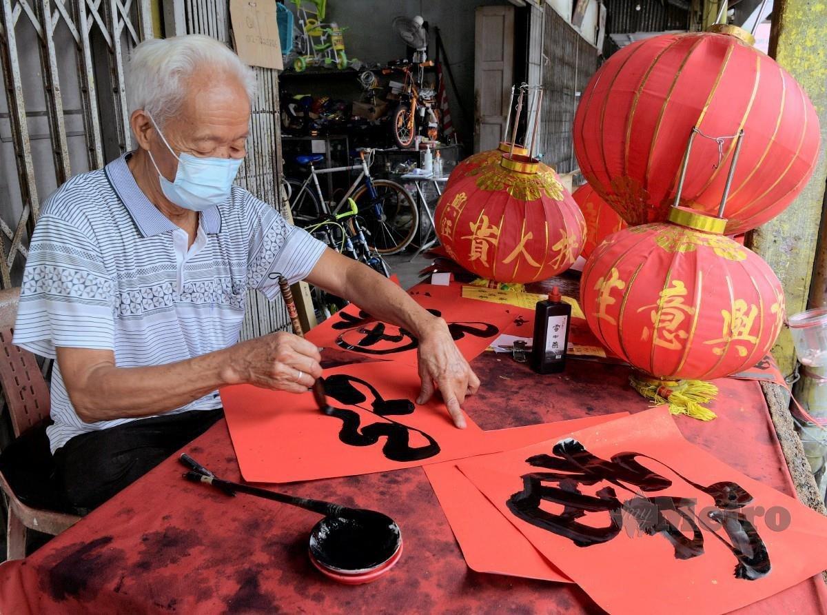 CHENG  menghasilkan tulisan kaligrafi Cina dengan pelbagai maksud antaranya kemakmuran, kesihatan dan kekayaan. FOTO Bernama