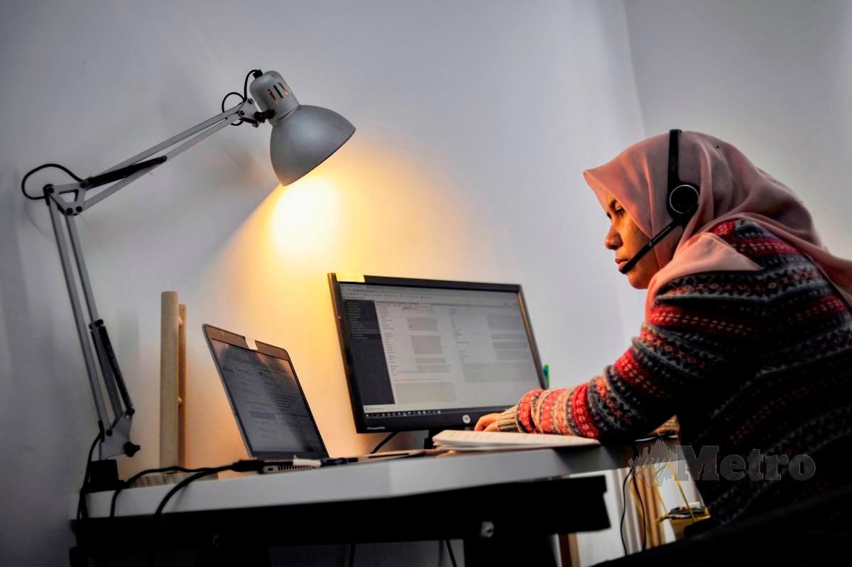 ERME Harlini Zulkifli yang bekerja dari rumah sejak bermula Perintah Kawalan Pergerakan (PKP) tahun lalu, memanfaatkan penggunaan Internet yang banyak menjimatkan pengurusan kewangan untuk tidak ke pejabat. Perdana Menteri, Tan Sri Muhyiddin Yassin melancarkan MyDIGITAL yang memperkasakan rakyat Malaysia dalam meningkatkan literasi digital, mewujudkan pekerjaan berpendapatan tinggi, menjadikan urusan perbankan dan kewangan lebih mudah serta teratur. FOTO Aizuddin Saad