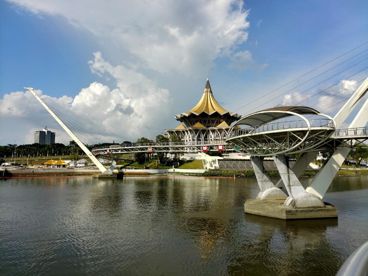 SUASANA aman dan kegiatan ekonomi berjalan seperti biasa di sekitar Bandaraya Kuching termasuk mercu tanda ikonik di Bangunan Dewan Undangan Negeri Sarawak dan Jambatan Darul Hana, Sabtu lalu. FOTO Bernama
