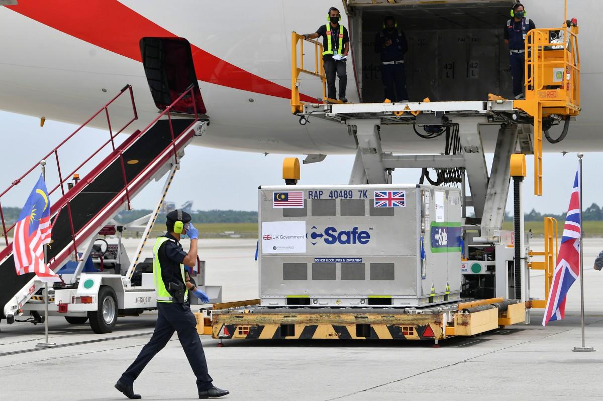 VAKSIN Covid-19 jenis AstraZeneca sumbangan kerajaan United Kingdom selamat tiba di KLIA. FOTO Bernama