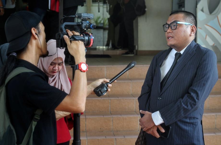 FAIZUL mewakili Farid Kamil ketika sidang media selepas sebutan semula di Mahkamah Majistret Petaling Jaya. FOTO Aswadi Alias
