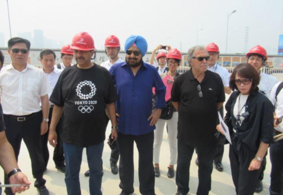 PENGERUSI Jawatankuasa Koordinasi OCA, Raja Randhir Singh (tengah) ketika melawat gelanggang pertandingan di Hangzhou, semalam. — FOTO Majlis Olimpik Asia